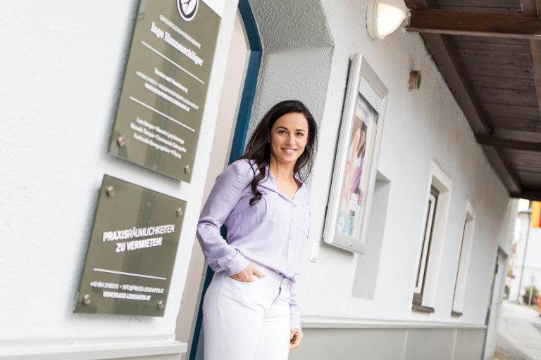 Physiotherapeutin Inge Hannesschläger vor der Praxis